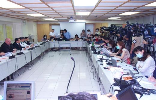 2003年5月,畢斯理和黃綠玉在台北與衛生部討論非典疫情